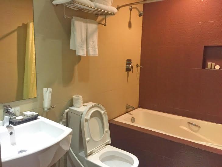 88 courtyard hotel restroom