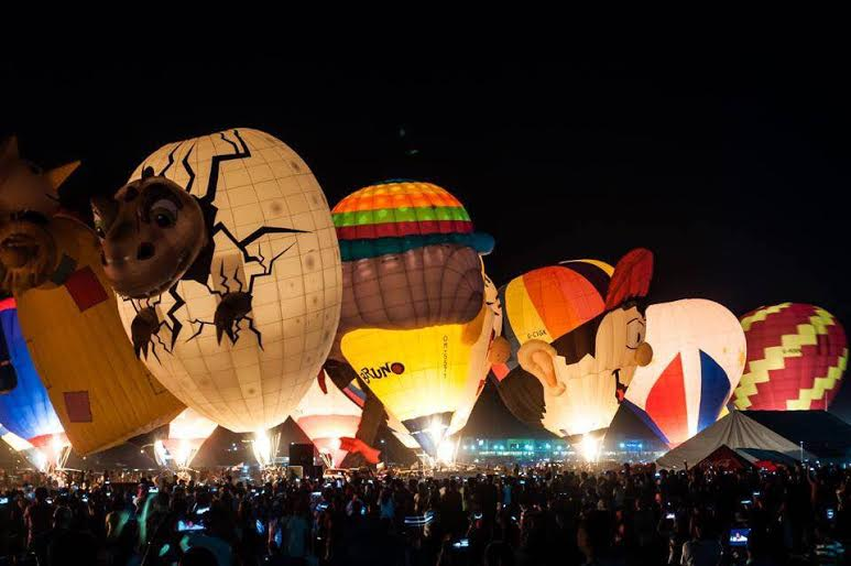 Hot air balloon fiestsa at night